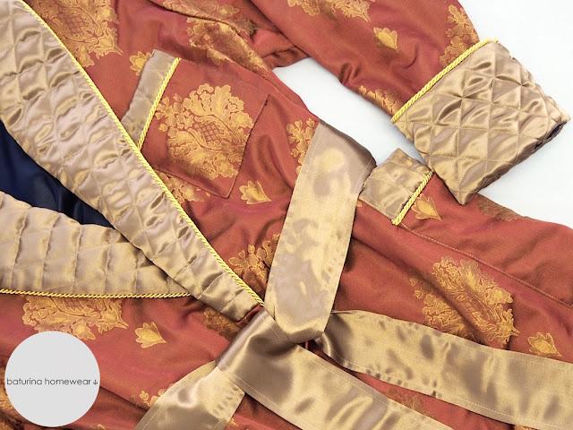 Edler Hausmantel in Hellrot und Gold für Herren im englischen Stil. Luxus Gentlemen Hausrock mit Barock Muster und gestepptem Kragen.