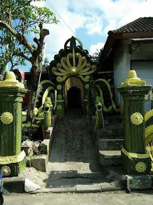 Dekorasi pernikahan yang terbuat dari daun kelapa