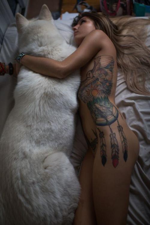 Gatas tatuadas nuas peladas