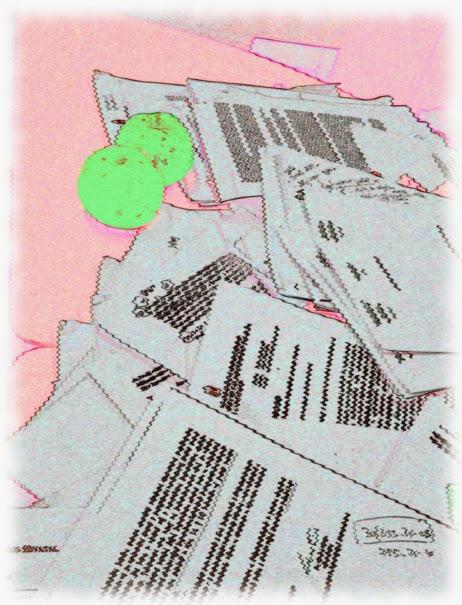 Illusztráció vershez, íróasztal, szanaszét heverő, összefirkált iratok és levelek trehány kupaca olvashatatlan szavakkal és két neonzöld alma.