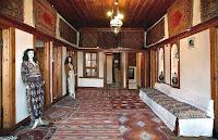 Tarihi eski bir Türk evi içindeki sofa bölümü
