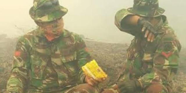Foto Prajurit TNI Berbagi Mie Instan Di Tengah Kabut Asap ini Membuat Para Netizen Terharu