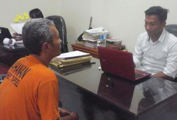 KH Oknum guru cabul di Tapsel yang ditangkap polisi (kiri) saat dimintai keterangannya.