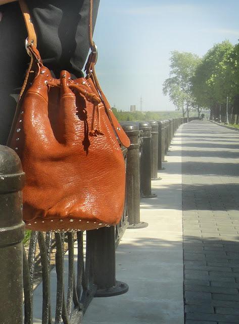 Женская сумка через плечо - регулируемый ремень, два кармана, полностью на подкладке