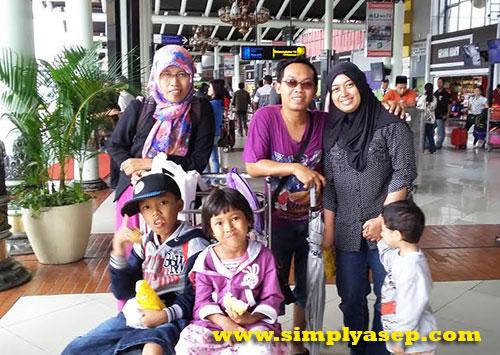 JEMPUT :  Family di Tanggerang sudah menjemput kami di Bandara Soekarno Hatta. Trims Aak Ikin dan Teh Yayah.  Foto Asep Haryono