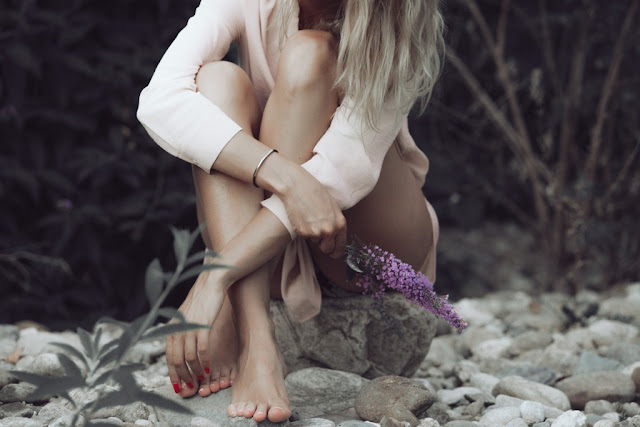 Mujer en las rocas