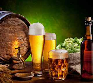 пивной бочонок и бокалы пива