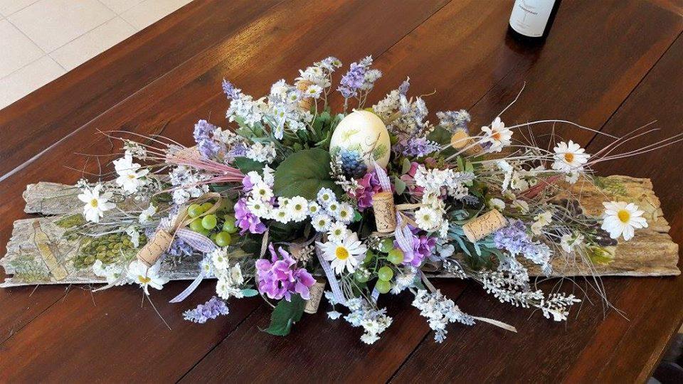 στεφάνι διακοσμητικό, Πασχαλινό, με λουλούδια, φελλό και τεχνητά αυγά, που μπορείτε να τοποθετήσετε σε οποιοδήποτε σημείο του χώρου σας και να τον ομορφύνετε!