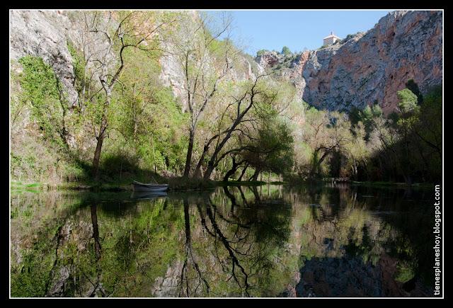 Lago del Espejo y Peña del diablo Monasterio de Piedra