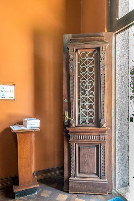 O interior do Palacete Garmatter, porta decorada da entrada principal