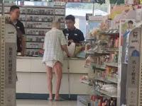 Kakek Ini Hanya Pakai Popok Saat Datang Ke Supermarket, Kasir Ini Langsung Melakukan Hal Yang Mengejutkan