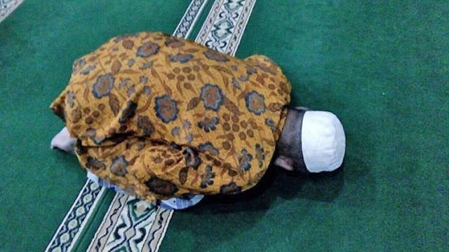 Ketika Sakaratul Maut, Pria Ini Tetap Sholat Berjamaah di Masjid