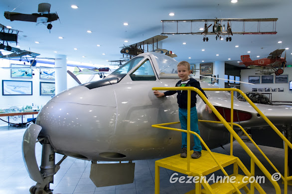 Rahmi Koç müzesinde oğlum uçakları incelerken, İstanbul