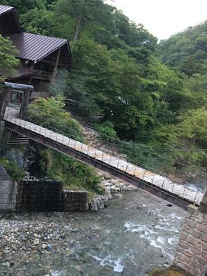 露天風呂への吊り橋