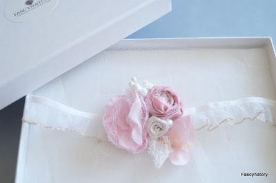 Stylowe dodatki panny młodej  - podwiązka ślubna