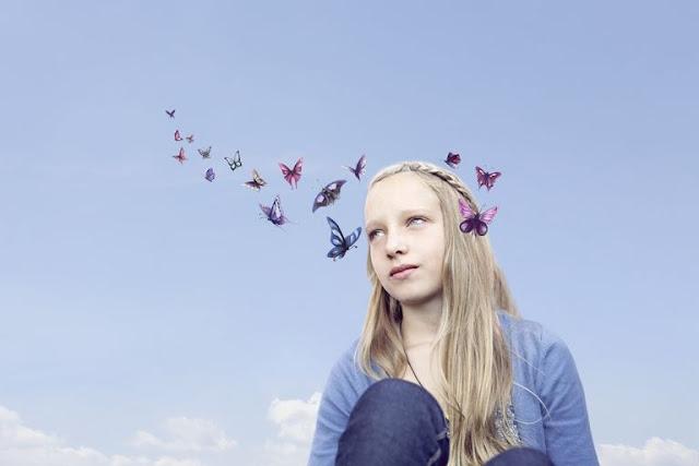 vajzë bionde me flutura mbi kokë