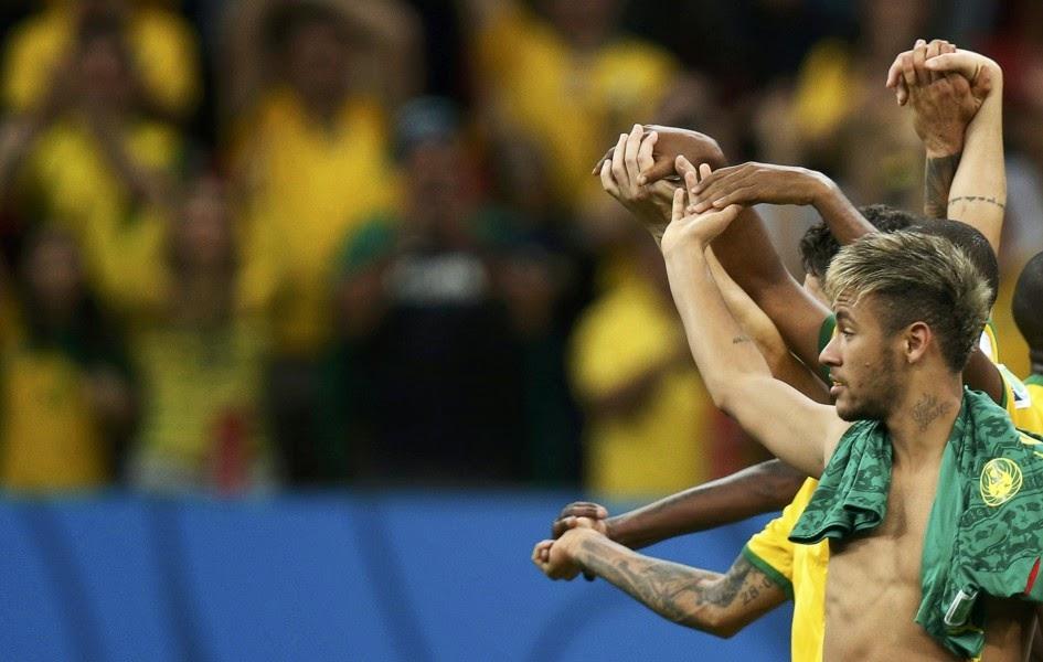 Brasil y su estrella Neymar, autor de dos goles frente a Camerún (4-1) el lunes en Brasilia, tranquilizaron a todo el país pero decepcionaron en Twitter donde solo generaron 6,1 millones de mensajes, sus peores guarismos desde que empezó el Mundial, anunció la red social este martes. La anteriores partidos de los brasileños, el de apertura contra Croacia (3-1) y el duelo del 17 de junio frente a México (0-0), motivaron, respectivamente, 12,2 millones (el récord en lo que va de competición) y 8,95 millones de tweets, la segunda mejor marca. Durante la retransmisión del partido que jugó la Seleçao