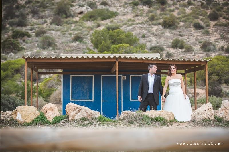 pareja de novios en la casa azul