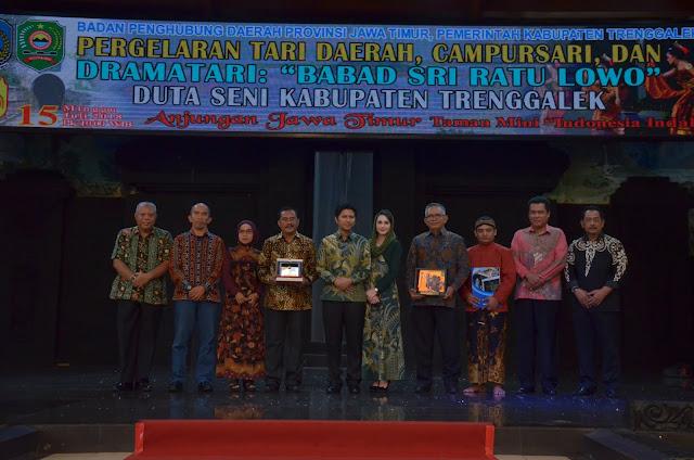 Bupati Emil Tunjukkan Kebanggaan Menjadi Keluarga Besar Warga Trenggalek pada Halal Bihalal IKAT di TMII