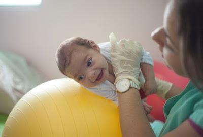 Projeto de fisioterapia leva bebês com microcefalia à praia