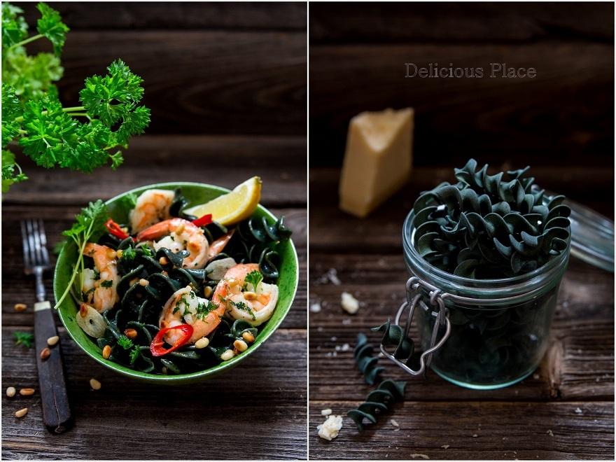 Makaron z algami morskimi z krewetkami