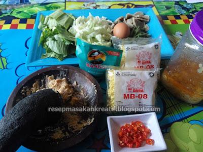 Berikut ini ialah cara gampang menciptakan mie goreng lezat dengan bumbu sederhana namun memilik Resep Mie Goreng Enak Bumbu Sederhana dengan Rasa Spesial