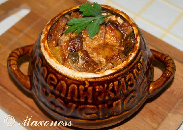 Жаркое с мясом и грибами в горшочках. Русская кухня