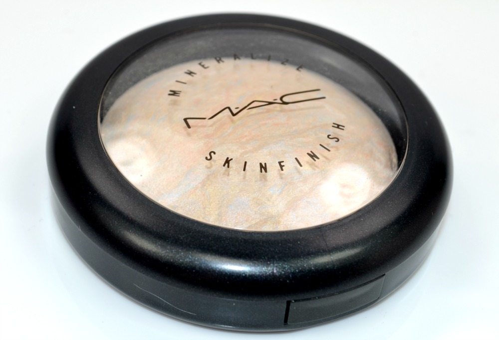 Mineralise skinfinish powder in compact packaging