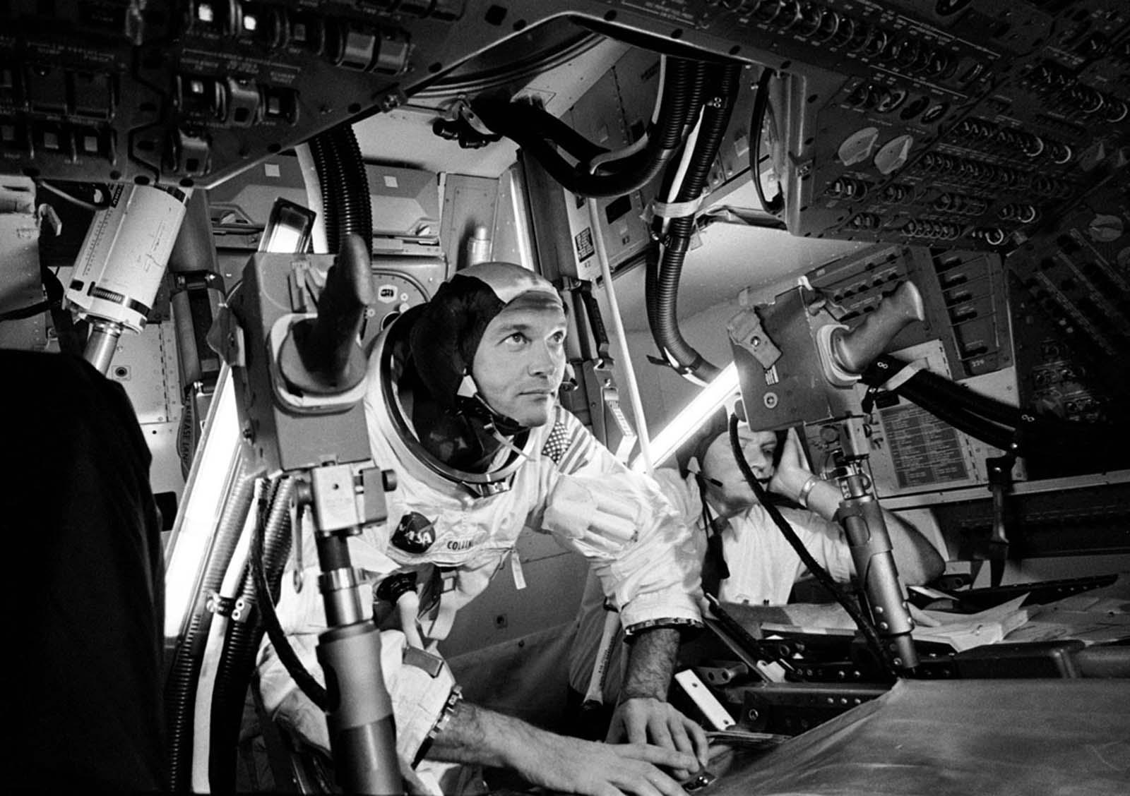 O piloto do módulo de comando Michael Collins trabalha dentro de um simulador.