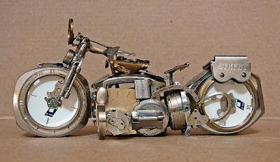 Motocicletas hechas con relojes de pulso.