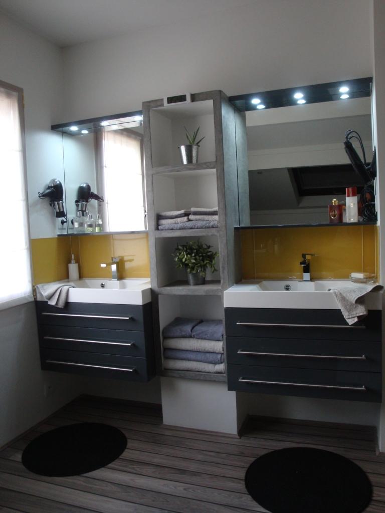 cmaligne salle de bains entre gris clair et gris fonc. Black Bedroom Furniture Sets. Home Design Ideas
