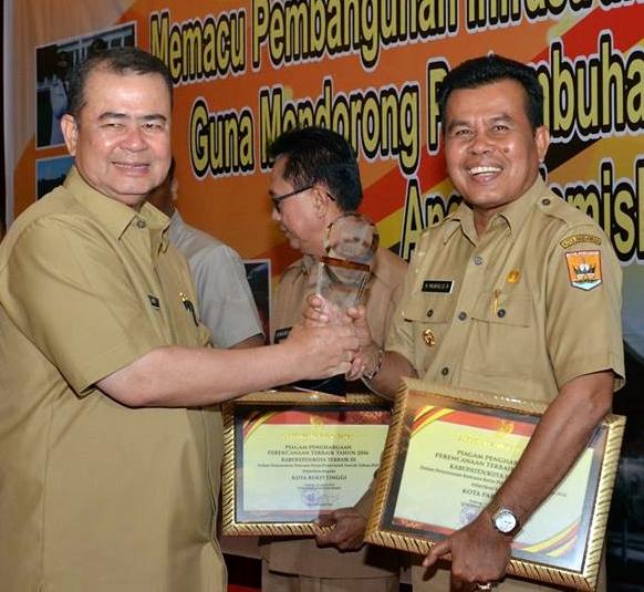 Susun RKPD Terbaik, Mukhlis Terima Anugerah Pangripta Nusantara 2015