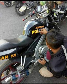 """Motor dengan stiker """"koncone POLISI"""""""