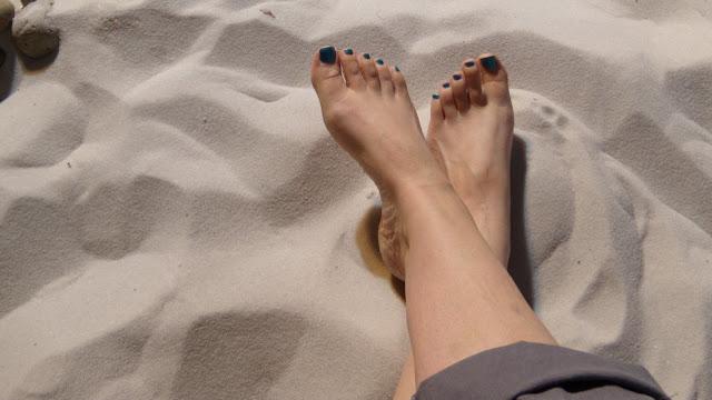 Αυτό είναι το φοβερό κόλπο που διώχνει την άμμο από τα πόδια [video]