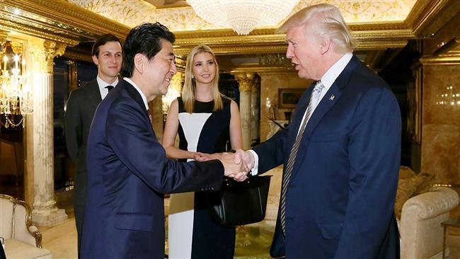 Donald Trump tem sido objeto de críticas envolvendo seus familiares em seus deveres políticos depois que sua filha Ivanka foi retratada participando de uma reunião com o primeiro-ministro japonês Shinzo Abe