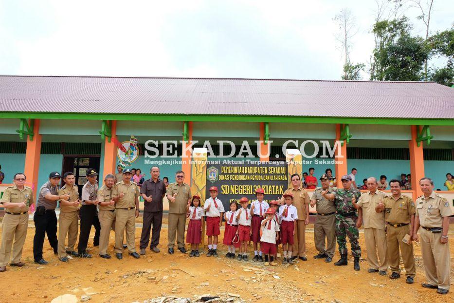 Wakil Bupati Sekadau Aloysius meresmikan SD Negeri 39 Dusun Kiatak, Desa Cupang Gading, Kecamatan Sekadau Hulu, Senin (3/4) pagi. Dengan dibangunnya sekolah tersebut, diharapkan tidak ada lagi anak-anak yang tidak bersekolah khususnya yang berada di wilayah tersebut.