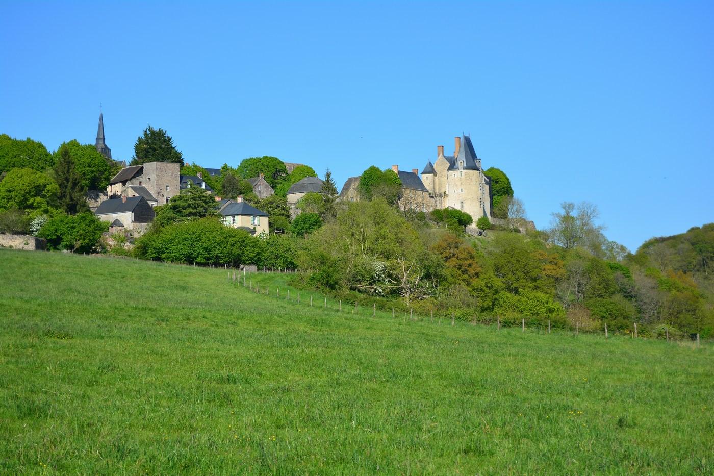 Vue du village lorsque l'on arrive par le Sud. On distingue le château sur la droite, ainsi que des morceaux de remparts.