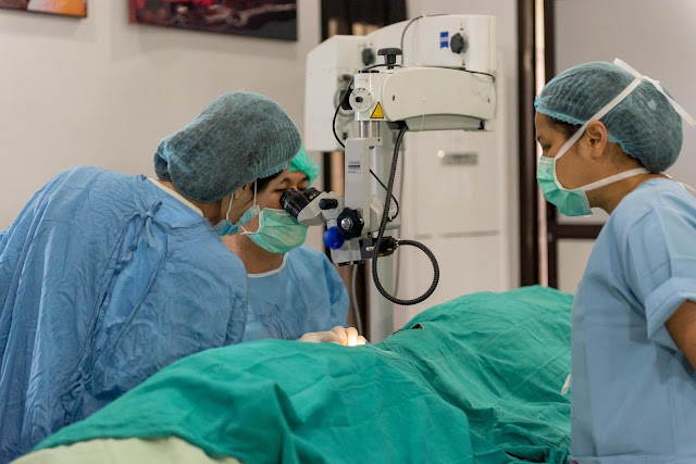 Ophthalmic nurse assisting cataract surgery