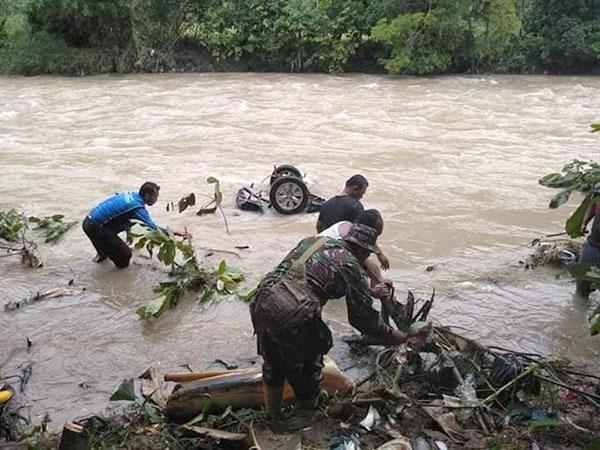 Warga membantu evakuasi korban mobil yang masuk ke sungai Batang Gadis di Madina.