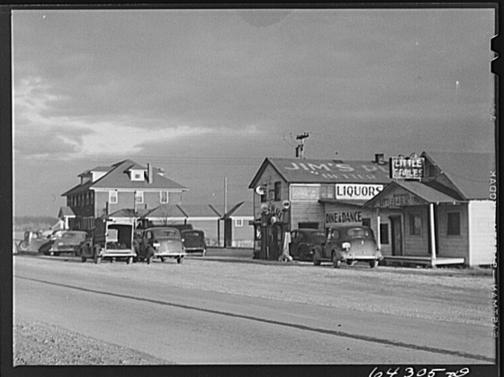 1925 Rolls Royce Phantom >> Black & White Photos of Gas Stations in USA, 1930's - 1940's ~ vintage everyday