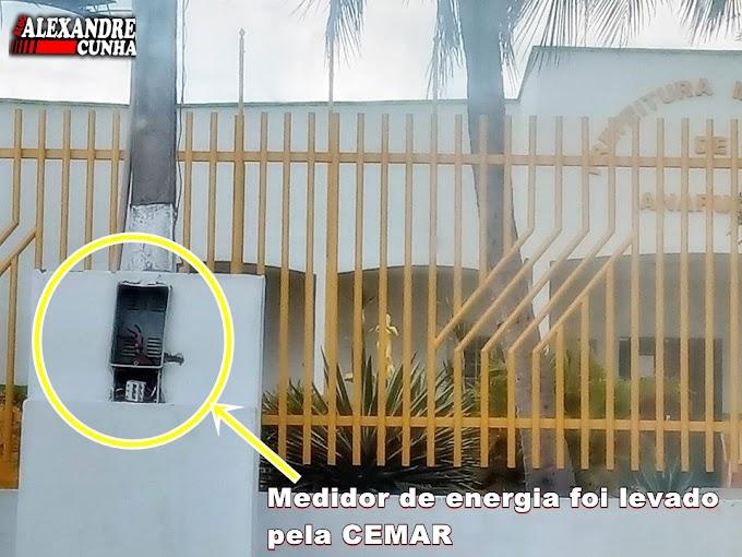 Em Anapurus, CEMAR corta energia do prédio da prefeitura e recolhe medidor e fios.