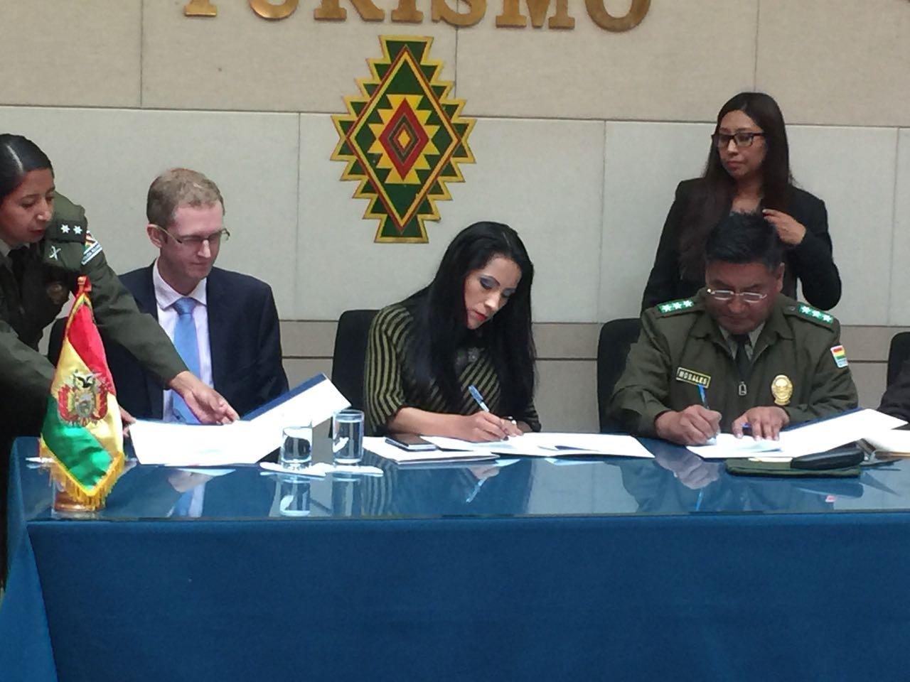 Ministra Alanoca, embajador británico y director de la Universidad Policial firmaron el convenio académico