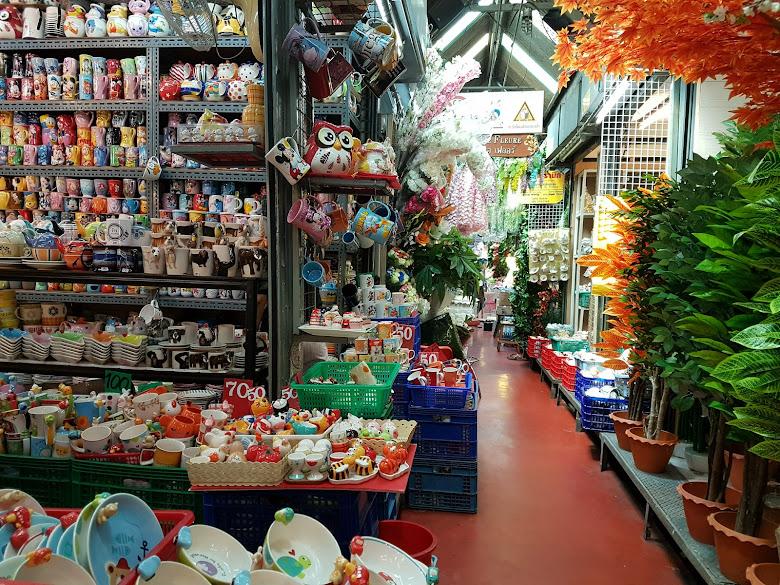 市集內一景,陶瓷以及花草裝飾
