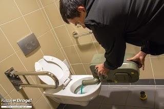 Kamperem przez Polskę  - wyprowadzanie kota, czyli opróżnianie toalety