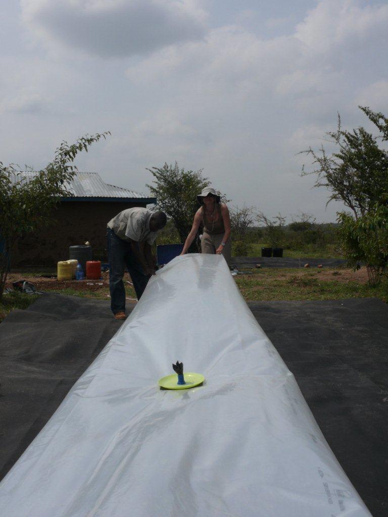 bau einer biogasanlage maasai mara kenia. Black Bedroom Furniture Sets. Home Design Ideas