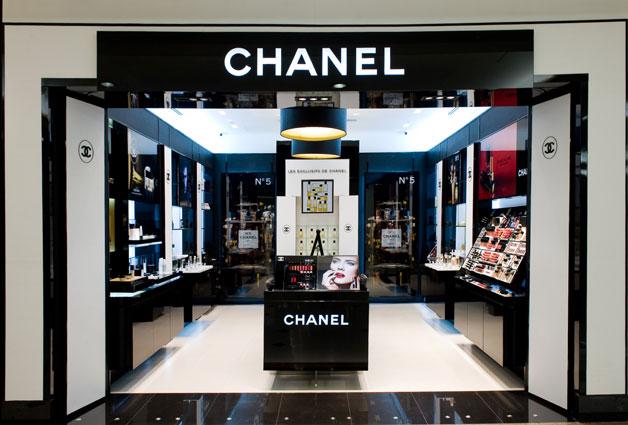 a6ada223258 Mademoiselle Chanel era fascinada por batons. Sua primeira criação ocorreu  em 1954 através de um batom cremoso em formato de stick
