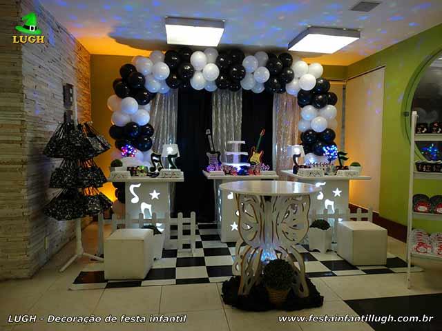 Festa Discoteca - Decoração provençal simples com mesas de notas musicais