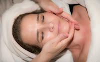 tips mengencangkan kulit wajah secara alami cepat www.angklinjohn.id