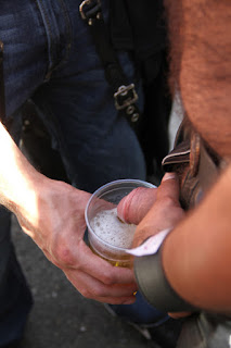 gay fazendo xixi no copo