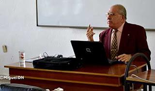 Félix Ramos, en pleno acto académico. (Foto del autor)